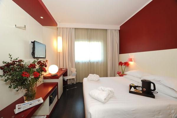 Habitaciones hotel michelino bologna fiera bolonia for Imagenes de habitaciones decoradas